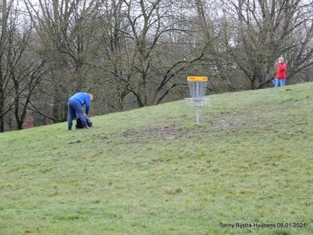 discgolf - Het discgolf is een sport die in veel opzichten lijkt op het traditionele golf. In plaats van een bal en verschillende clubs gebruiken spelers een vl - foto door Tonny1946 op 09-01-2021 - deze foto bevat: mensen, nieuwegein, grasveld, januari 2021, vangapparaat, discs, discgolf