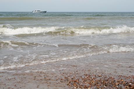 Bootje op de golven