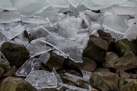 ijsschotsen aan land