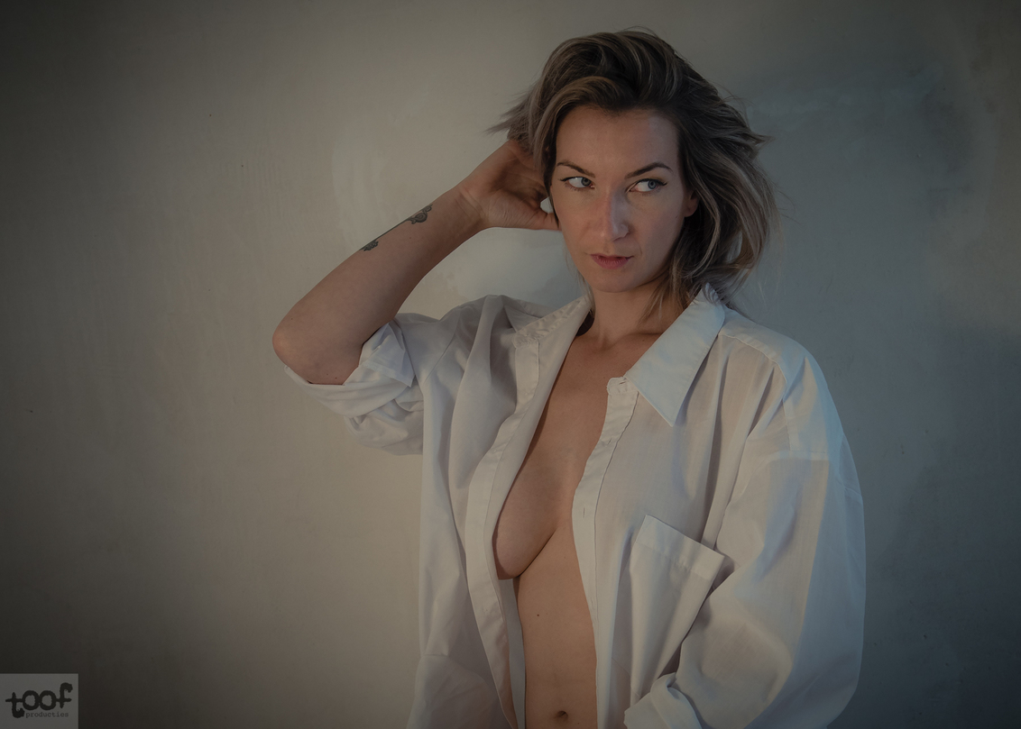 Remembering... - - - foto door toof op 25-02-2018 - deze foto bevat: vrouw, soft, licht, portret, model, daglicht, erotiek, naakt, emotie, fotoshoot, artistiek, overhemd, natuurlijk licht, d750
