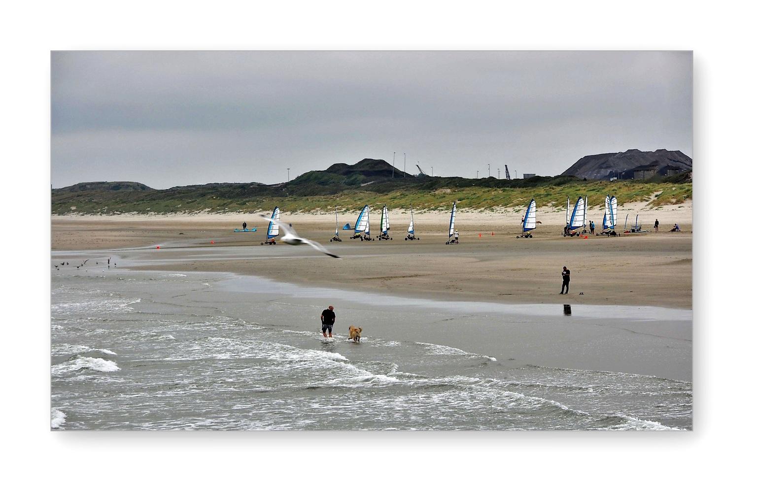 Storm op komst..  - VELZEN ZUID_ Blowkarten.  - foto door 1103 op 09-04-2021 - deze foto bevat: strand, noordpier, noord-holland, water, lucht, ecoregio, rechthoek, mensen op het strand, kust- en oceanische landvormen, strand, landschap, horizon, windsport