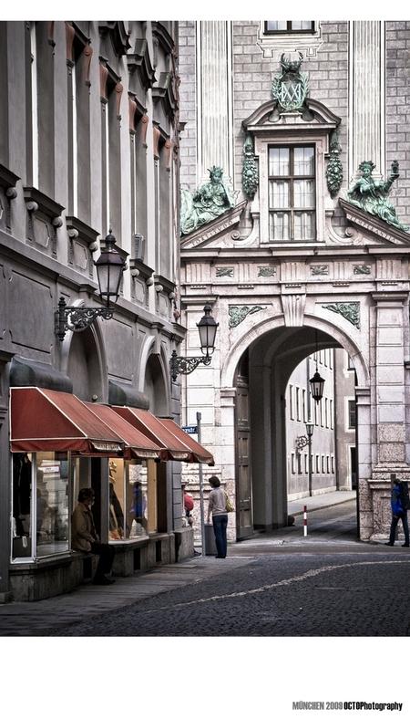 München 2009 - - - foto door Octo op 07-06-2009 - deze foto bevat: straat, beeld, beelden, poort, munchen