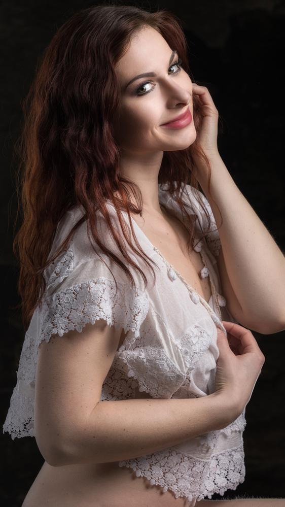 smiling - Ivana Čermáková - foto door jhslotboom op 12-01-2017 - deze foto bevat: vrouw, mensen, portret, schaduw, model, ogen, haar, lachen, fashion, erotiek, meisje, lief, beauty, erotisch, glamour, closeup, mode, wiite, blouse, ivana, glimlachen, smlie, čermáková