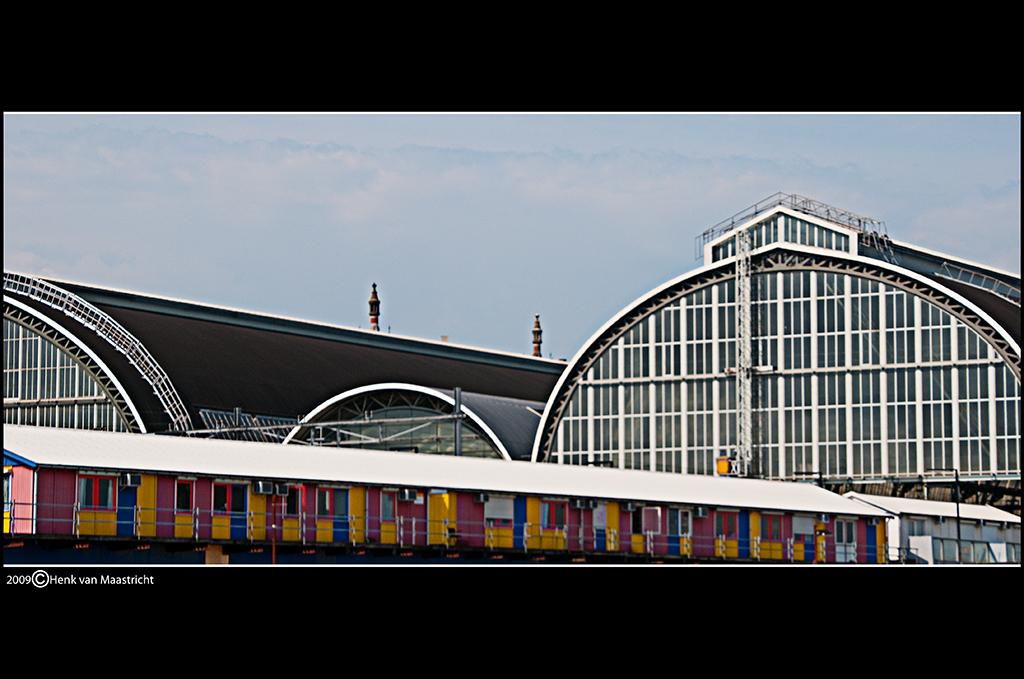 centraal station - Weer geen mensen op de foto. Nou ga vandaag als fotograaf mee met 850 schoolkinderen in 20 bussen naar Bobbejaanland. - foto door henkvanm13 op 02-09-2009 - deze foto bevat: station, amsterdam, architectuur, henkvanm13