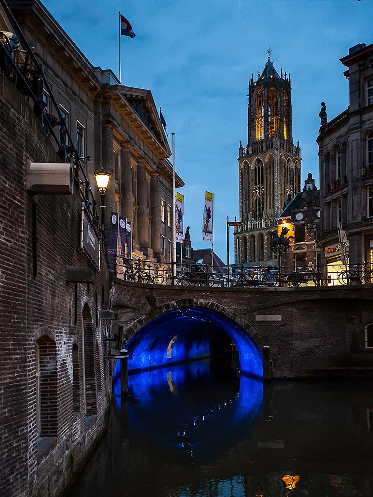 Utrecht 1 - Vlak na zonsondergang starten we de tocht door de verlichte Utrechtse binnenstad. Het blauwe halfuurtje deed zijn naam eer aan. Natuurlijk blauw bove - foto door PhotoMad op 13-03-2013 - deze foto bevat: kerk, stad, utrecht, nachtopname