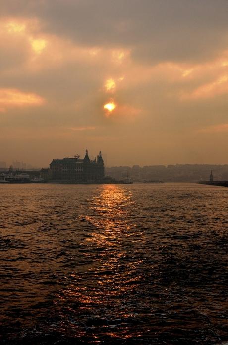 Istanbul - Bosporus veerboot in vroege ochtend