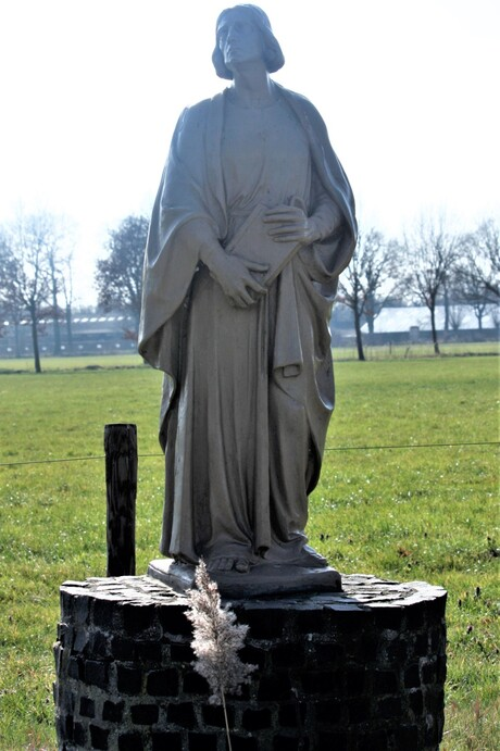 a pope statue