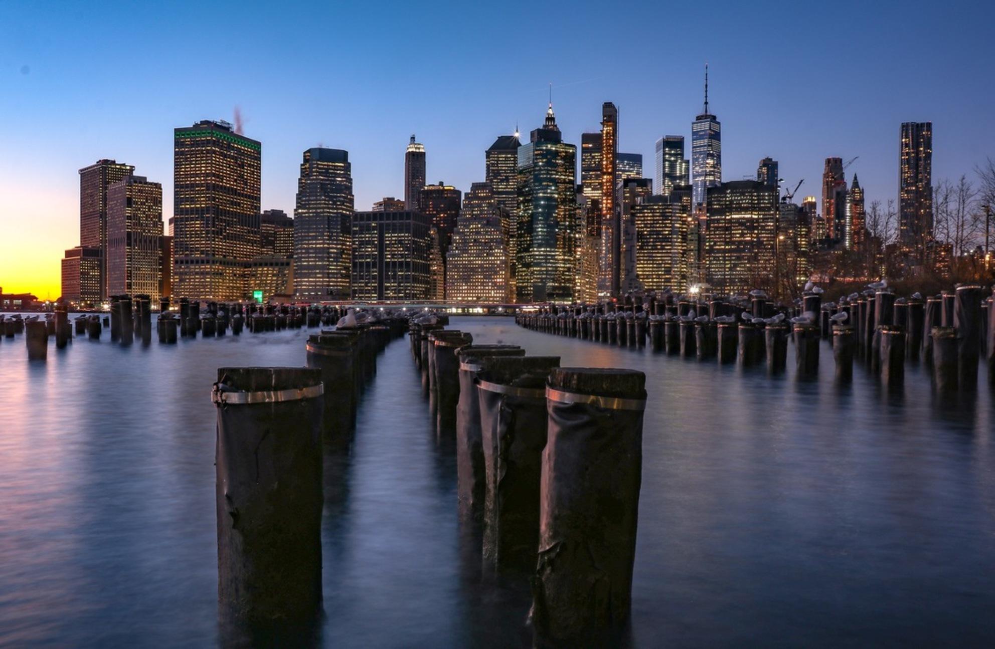 A337D817-AA19-4EEC-87B4-1D9E32477047 - Zonsondergang in Manhattan gezien vanaf Brooklyn Park. De meeuwen zitten stil genoeg voor een lange sluitertijd. - foto door Ferrykrauweel op 15-01-2019 - deze foto bevat: lucht, mensen, uitzicht, zonsondergang, reizen, landschap, stad, amerika, newyork, toerisme, reisfotografie - Deze foto mag gebruikt worden in een Zoom.nl publicatie
