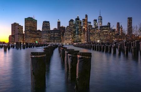 A337D817-AA19-4EEC-87B4-1D9E32477047 - Zonsondergang in Manhattan gezien vanaf Brooklyn Park. De meeuwen zitten stil genoeg voor een lange sluitertijd. - foto door Ferrykrauweel op 15-01-2019 - deze foto bevat: lucht, mensen, uitzicht, zonsondergang, reizen, landschap, stad, amerika, newyork, toerisme, reisfotografie