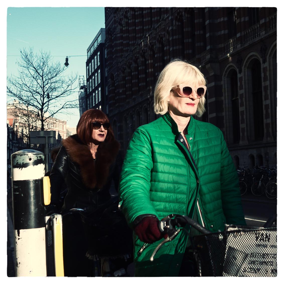 Sunset boulevard - - - foto door Johannez op 26-12-2019 - deze foto bevat: vrouw, mensen, amsterdam, straat, bril, fiets, stad, zonnebril, straatfotografie, centrum