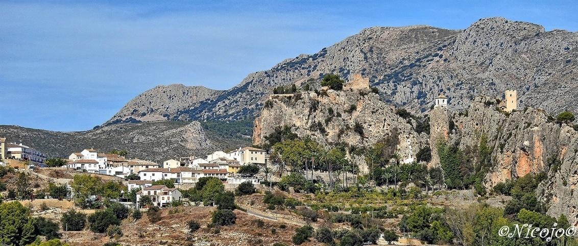 Guadalest. - Het bijna duizend jaar oude dorp is geheel gesitueerd rondom het kasteel. Het kasteel, simpelweg El Castell de Guadalest genaamd, is jarenlang een be - foto door ocelot_zoom op 11-10-2020 - deze foto bevat: panorama, natuur, kasteel, landschap, bomen, bergen, spanje, nicojo, guadalest
