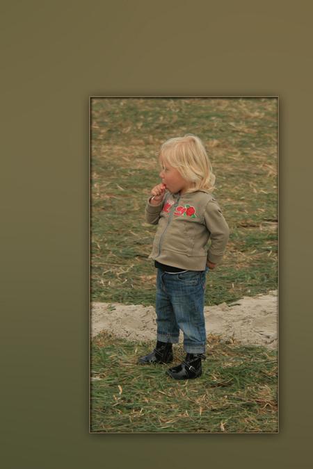 In gedachte - Dit kleine jochie stond in gedachte, of te verzinnen wat hij zou doen. Ik heb deze foto vorig jaar op een streek fair gemaakt - foto door wimida op 06-05-2010 - deze foto bevat: klein, jongen, streekfair