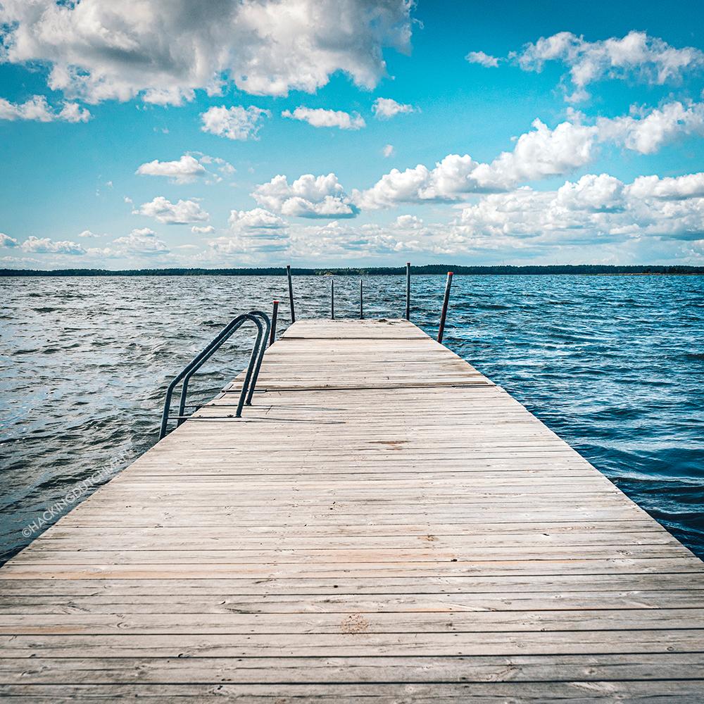 Steiger - Steiger in een meer.    ©MotionMan 2021 - foto door motionman op 24-01-2021 - deze foto bevat: lucht, wolken, zon, uitzicht, zee, abstract, water, natuur, lijnen, vakantie, landschap, zomer, meer, zicht, golven, nat, perspectief, zonlicht, compositie, sfeer, zweden, rust, horizon, lijn, zonnig, landscap, dag, rustgevend, sfeervol, scene, golvend, overdag, scenisch