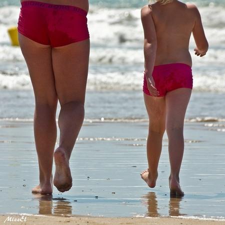 zwemmen in je onderbroek - gewoon omdat je je bikini niet bij je had....heerlijk is dat, kind zijn! - foto door MizzEl op 12-09-2011 - deze foto bevat: roze, strand, zee, water, vakantie, frankrijk, zomer, kinderen, zwemmen, plezier, benen, zwembroek, jeugd, onderbroek, kindertijd