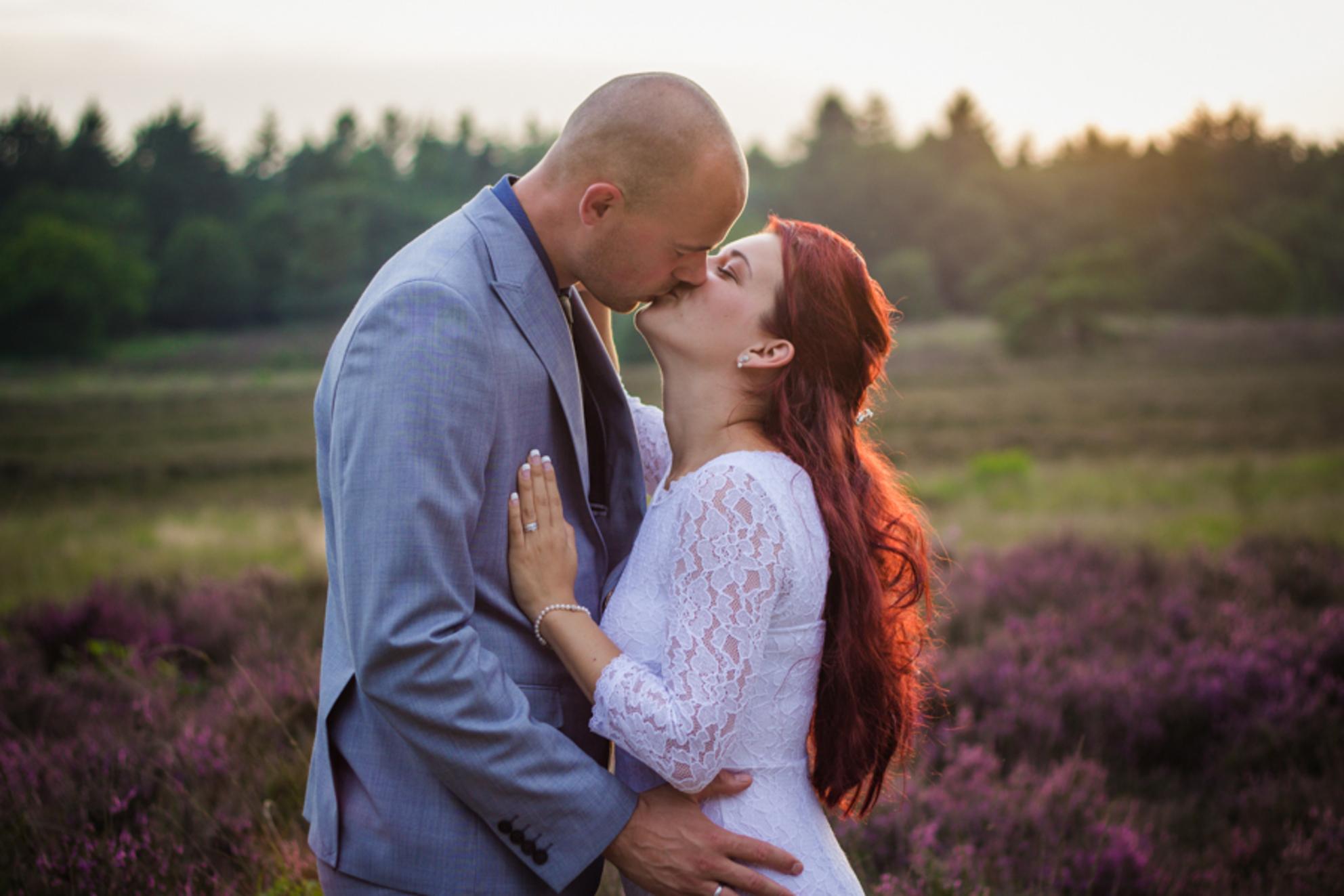 Just Married - Lief portret van een stel dat net getrouwd is. Hele dag was het bewolkt, maar rond zondondergang piepte de zon door de wolken, wat mij dit prachtige - foto door VeraVeer op 19-11-2015 - deze foto bevat: man, vrouw, mensen, licht, zonsondergang, portret, liefde, tegenlicht, daglicht, lief, beauty, buiten, emotie, bruid, bruiloft, kus, fotoshoot, zoenen, bruidegom, 50mm