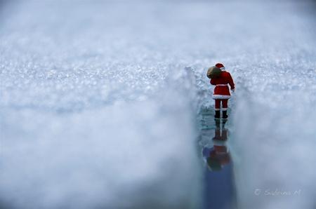 Op de terugweg. - Ook bij de Teenyweenies is de kerstman gepasseerd. - foto door sabbe op 15-01-2016 - deze foto bevat: miniatuur, sneeuw, kerstmis, mini, figuurtje, kerstman, Teenyweenies, presseer, SabrinaM