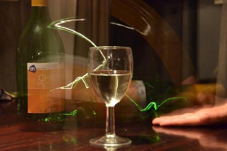 Wine in motion - Een late-night experiment (ik zeg niet dat de fles nog vol was...) - foto door esmay op 20-01-2012 - deze foto bevat: sluitertijd, gezellig, long exposure