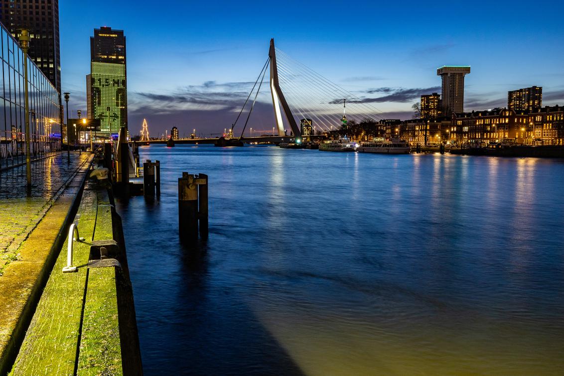 1,5 m :) - - - foto door JolandavanDijk op 20-12-2020 - deze foto bevat: lucht, uitzicht, rotterdam, zonsondergang, reizen, stad, erasmusbrug, brug, maas, 1, straatfotografie, reisfotografie, avondfotografie, 5 m