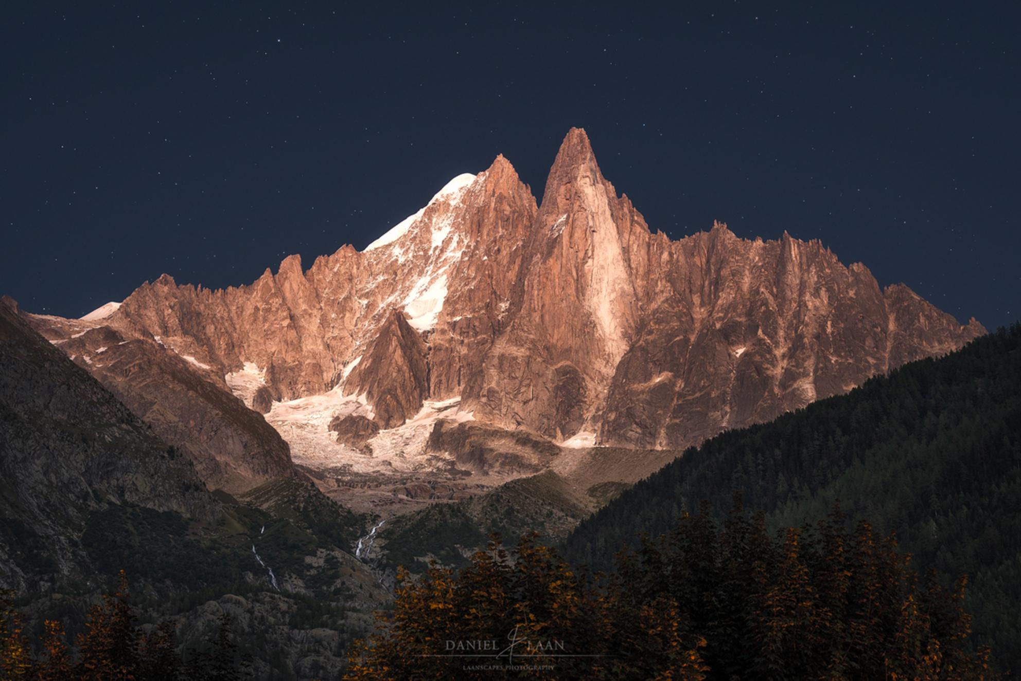 Alpine Enigma - Ik wist niet wat ik zag! Als je in de Alpen na zonsondergang het geduld op kunt brengen om nog even op het avondeten te wachten, belonen de bergen je - foto door Laanscapes op 31-08-2019 - deze foto bevat: zonsondergang, frankrijk, bergen, nacht, alpen, alpengloed - Deze foto mag gebruikt worden in een Zoom.nl publicatie