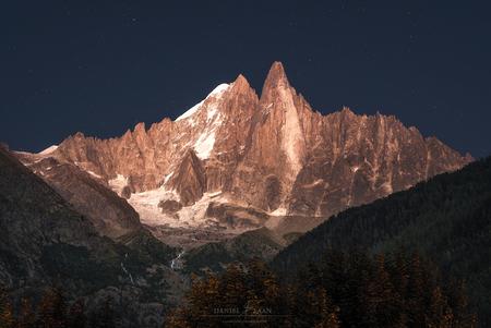 Alpine Enigma - Ik wist niet wat ik zag! Als je in de Alpen na zonsondergang het geduld op kunt brengen om nog even op het avondeten te wachten, belonen de bergen je - foto door Laanscapes op 31-08-2019 - deze foto bevat: zonsondergang, frankrijk, bergen, nacht, alpen, alpengloed