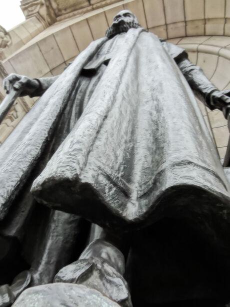 standbeeld voor het stadhuis rotterdam