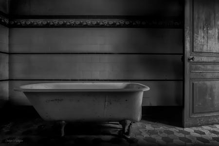 the bathroom - - - foto door christophe0410 op 08-11-2017 - deze foto bevat: oud, kasteel, architectuur, reflectie, gebouw, kunst, zwartwit, verlaten, vervallen, hdr, badkamer, urbex, lowkey, tonemapping, urban exploring, lange sluitertijd