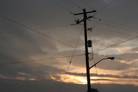 Telefoonmast bij zonsondergang