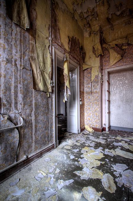 Park Krankenhaus 1 - Op 22-11-2010 hebben Jos en ik een bezoek aan dit ziekenhuis gebracht.  Het is een hdr foto.  Kijk ook eens op mijn website: [url]http://lost-in- - foto door Jascha_400D op 06-12-2011 - deze foto bevat: old, time, in, park, urban, lost, germany, verboden, verlaten, vervallen, hdr, forbidden, duitsland, forgotten, urbex, oost, ddr, tonemapping, decay, hoste, voormalig, jascha, ue, Krankenhaus