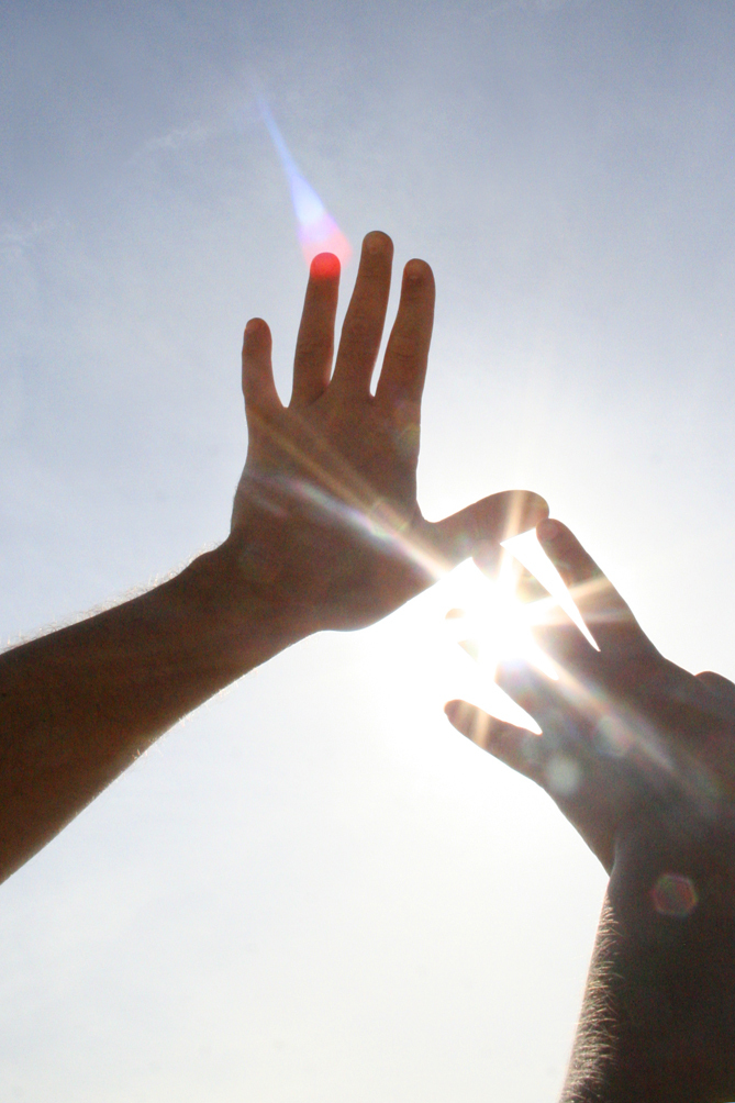 Samensmelten - - - foto door Kirsten Groeneveld op 26-06-2009 - deze foto bevat: zon, handen, tegenlicht