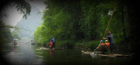 Bamboevaren tussen de karstbergen over Yulong River