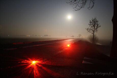 Mist in de polder bij volle maan