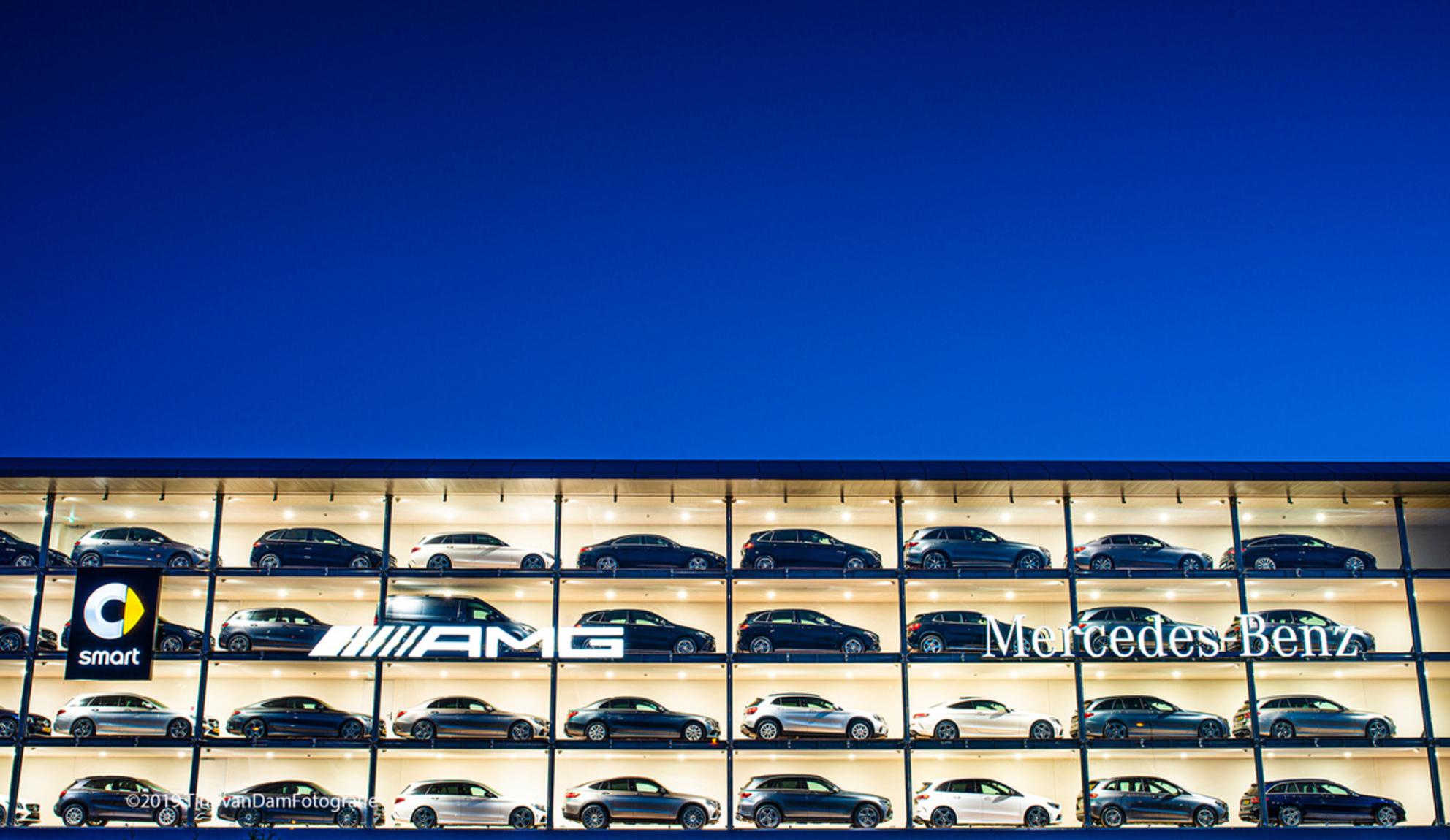 Mercedes Benz Forepark - Showroom van Mercedes Benz langs de A4 thv Leidschenveen (Forepark) Foto genomen in het zg 'Blauwe Uurtje'. - foto door tvdam_zoom op 30-11-2019 - deze foto bevat: auto, etalage, filter, showroom, Blauwe uurtje, Mercedes Benz