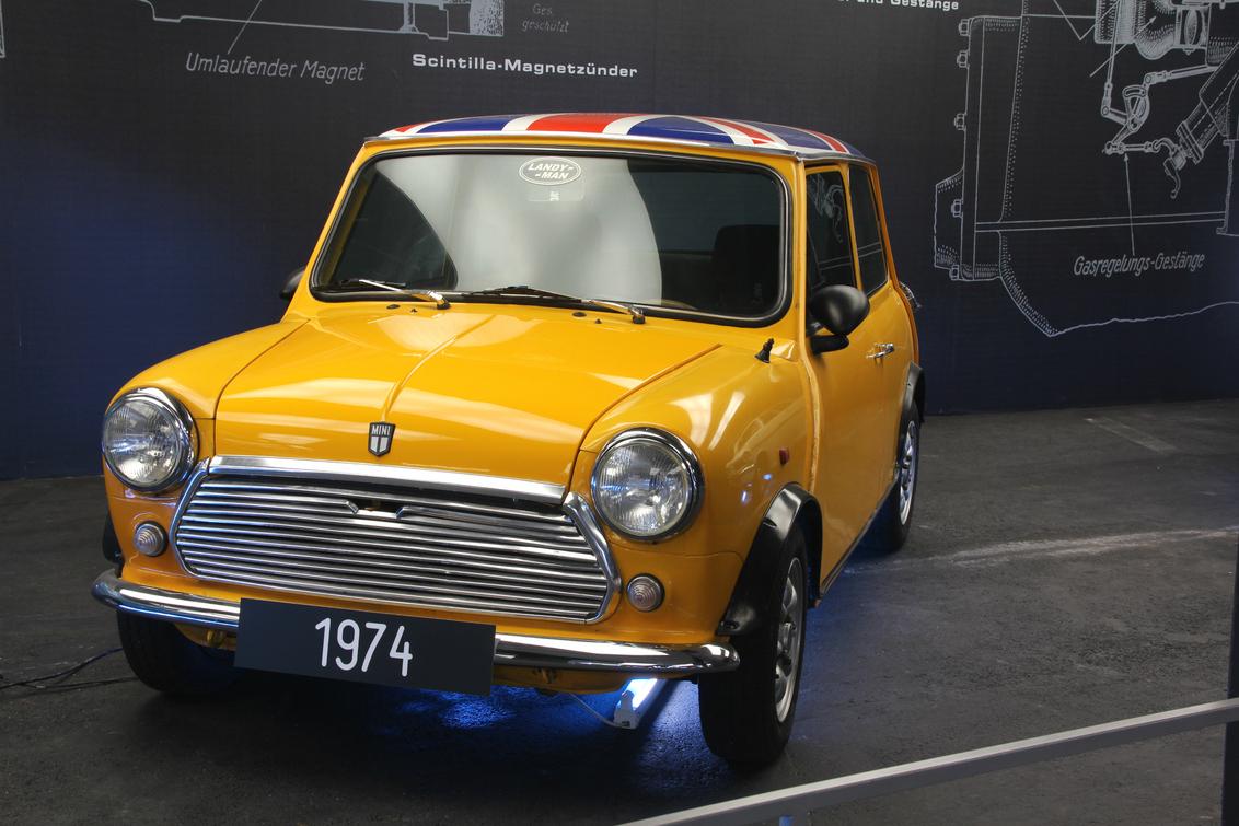 kleintje - In 1956 gaf de Suezcrisis in Engeland de aanzet tot de ontwikkeling van kleine en zuinige auto's. Niet veel later tekende Sir Alec Issigonis de eerst - foto door herimo op 28-08-2012 - deze foto bevat: geel, oranje, oldtimer, mini, cooper
