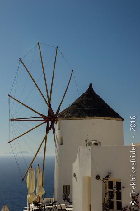 Windmill - Typische windmolen te Oia, Santorini, Griekenland. Op juiste tijdstip aanwezig voor niet al te fel zonlicht. - foto door lucsevriens op 18-06-2016 - deze foto bevat: lucht, kleur, zee, vakantie, architectuur, reizen, stad, straatfotografie, toerisme, reisfotografie
