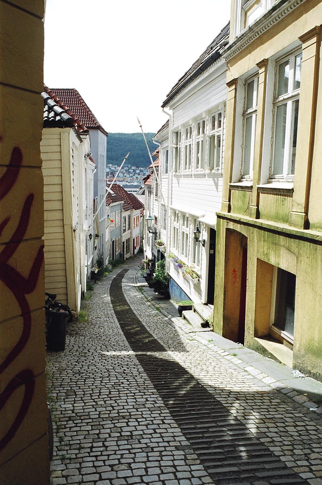 Heel leuk straatje in Bergen ( Noorwegen) - - - foto door Tillyverploegen op 04-03-2021 - deze foto bevat: reizen