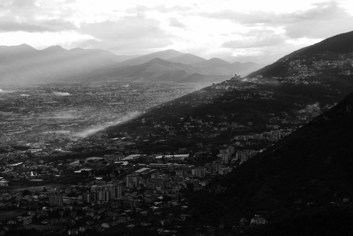 Zonsopkomst - Napels - De morgenzon ontwaakt en verwarmt de stad Napels, Italië. - foto door Krulkoos op 02-09-2020 - deze foto bevat: zon, uitzicht, morgen, vakantie, zonsopkomst, vergezicht, morgenstond, travel, zwartwit, city, italie, morning, heuvels, hills, italy, napels, traveling, reisfotografie, rondreis, blackandwhite, napoli, pompei, holiday, zwartenwit, leica, cityscape, itale, zwartwitfotografie, City view, Avanta, maurice weststrate, avantareis, dlux, d_lux7
