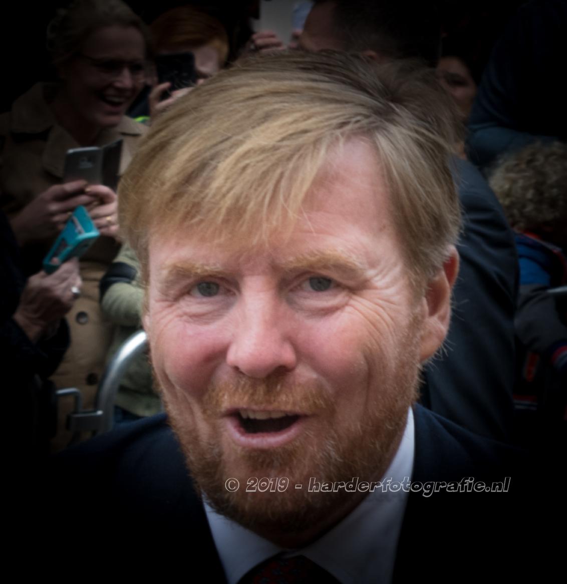Oogcontact - Oogcontact - Koning Willem-Alexander bracht samen met Koningin Máxima een bezoek aan Meppel. Vele handen werden geschud. En als je dan tussen het pub - foto door deharder op 21-09-2019 - deze foto bevat: man, straat, koning, meppel, Willem Alexander