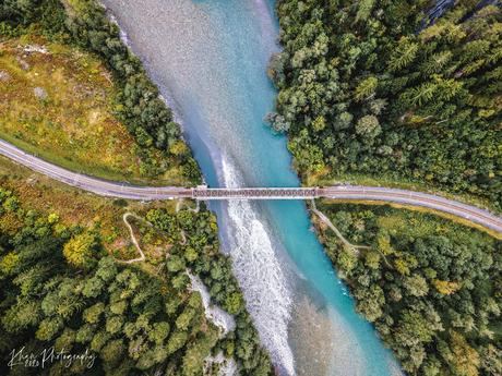 Spoor over een rivier in Zwitserland