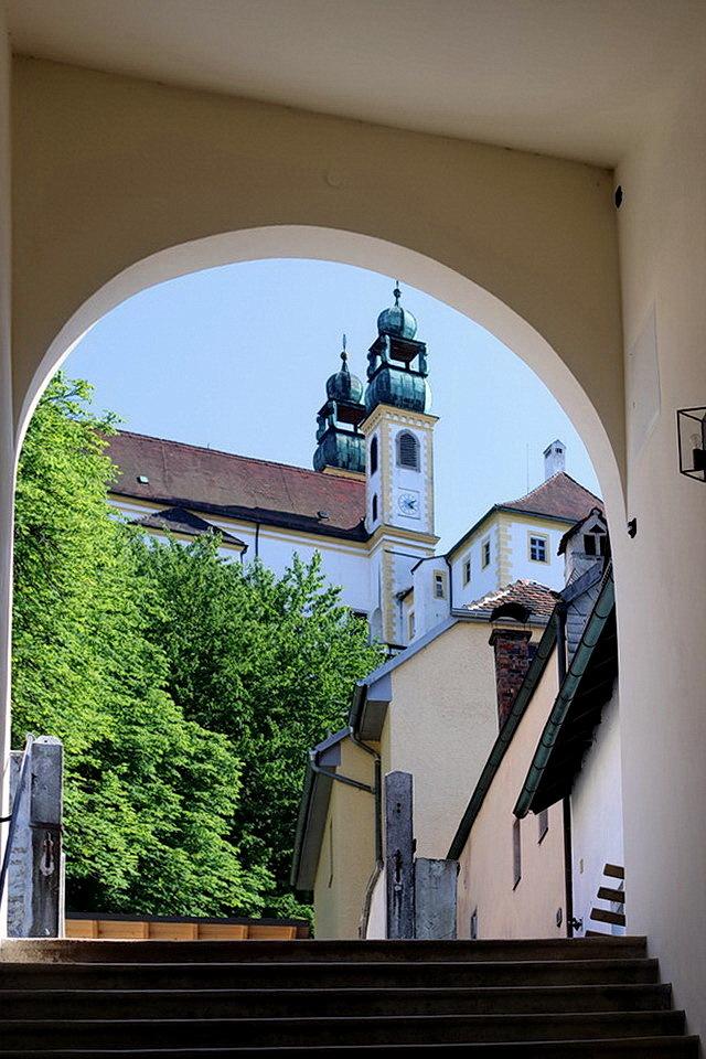 Passau Bayerischer Wald Duitsland. - Een overdekte trap van 321 treden om het klooster Mariahilfberg te bereiken dan kom je bij deze poort uit met zich op het klooster, maar dan moet je  - foto door oudmaijer op 05-02-2020 - deze foto bevat: oud, licht, architectuur, gebouw, stad, duitsland, passau, bayerischer wald