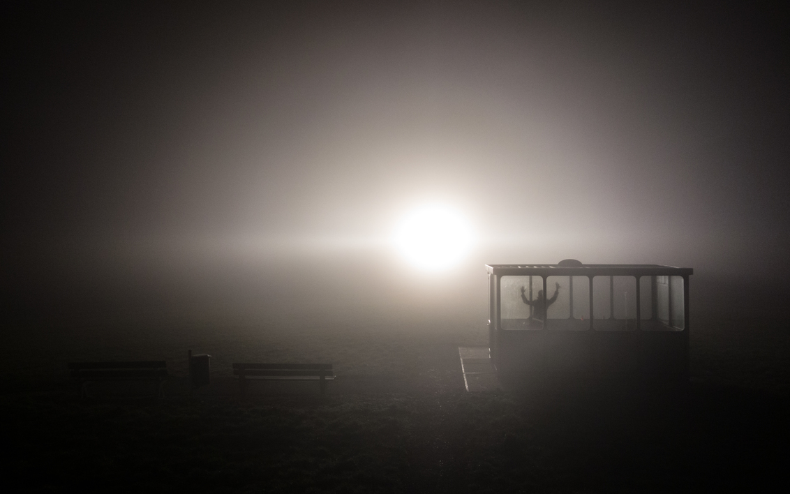 Mist - Bevrijd Mij - Hunkerend naar het licht op deze koude, donkere dagen.....  Genomen vanaf de dijk nabij Rilland-Bath. Het licht dat u ziet is afkomstig van een lic - foto door Krulkoos op 30-12-2016 - deze foto bevat: dijk, vuurtoren, licht, tralies, mist, gevangen, tegenlicht, mistig, zeeland, sfeer, fel, bath, bankje, zeeuws, gevangenis, lichtbaken, sfeerfoto, rilland, gevang, bevrijden, hard licht, Fel licht, Simplistisch, Rilland-bath, maurice weststrate, praathokje, bevrijd mij, mistlamp