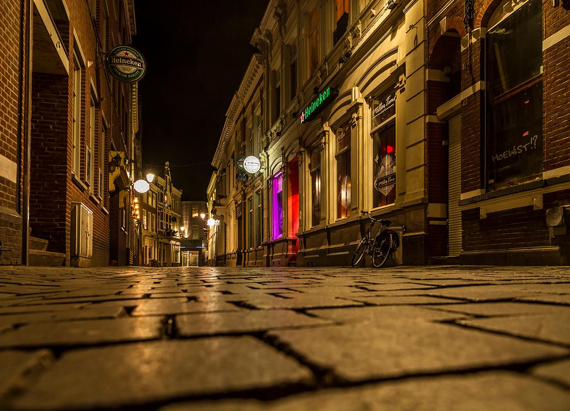 Bredase Nachten 2 - Zomaar een straat in Breda, een rustige avond maar de café bezoekers zitten al binnen vermoed ik. Hier heb ik de kleur warm gelaten omdat die sfeer h - foto door ronab op 14-11-2014 - deze foto bevat: straat, breda, nachtfotografie, raw, lange sluitertijd, laag standpunt