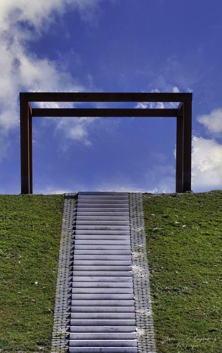 Stairway to Heaven - Een trap die leidt naar??? - foto door lang op 17-04-2021 - locatie: 9133 Anjum, Nederland - deze foto bevat: wolk, lucht, ecoregio, blauw, rechthoek, azuur, hout, natuurlijk landschap, gras, land veel