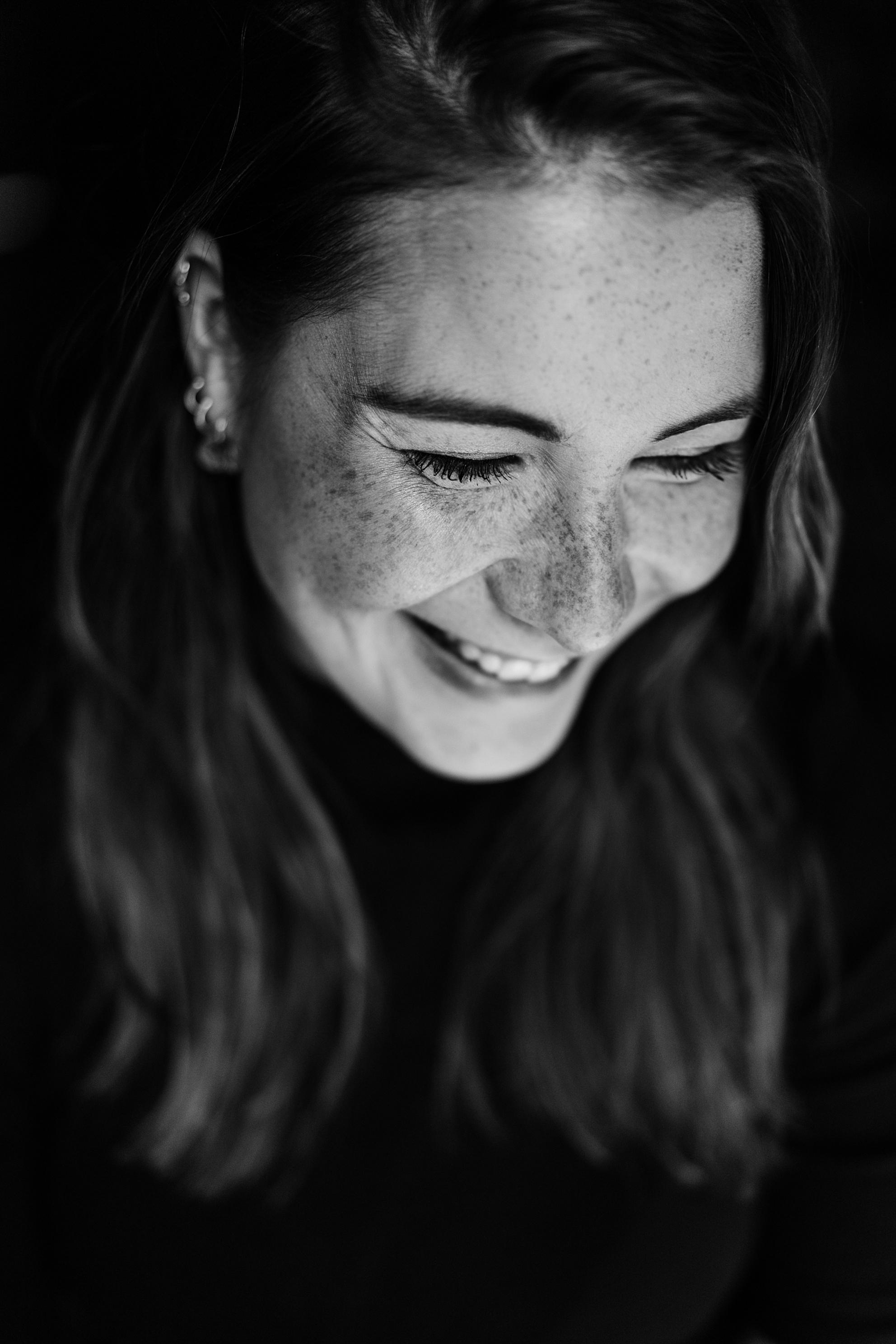 Portret op zwart - Een mooie in-between foto van deze meid die moest lachen tijdens de fotosessie - foto door lizet_zoom op 07-04-2021 - locatie: 7525 PC Lonneker, Nederland - deze foto bevat: portret, zwart/wit, sony, lach, neus, haar, lip, glimlach, wimper, mond, flitsfotografie, menselijk lichaam, kaak, oor