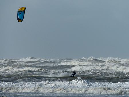 alleen op de Noordzee - wie gaat er met wie vandoor? - foto door Krea10 op 13-04-2021 - locatie: Zandvoort, Nederland - deze foto bevat: water, lucht, surfen, vloeistof, wind, recreatie, windgolf, vliegersporten, windsport, sport