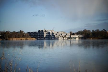 Rondje poel - Lekker rustig wandelen - foto door Anneke1955 op 13-04-2021 - locatie: Amstelveen, Nederland - deze foto bevat: water, wolk, lucht, fabriek, gebouw, natuurlijk landschap, meer, zonlicht, boom, waterloop