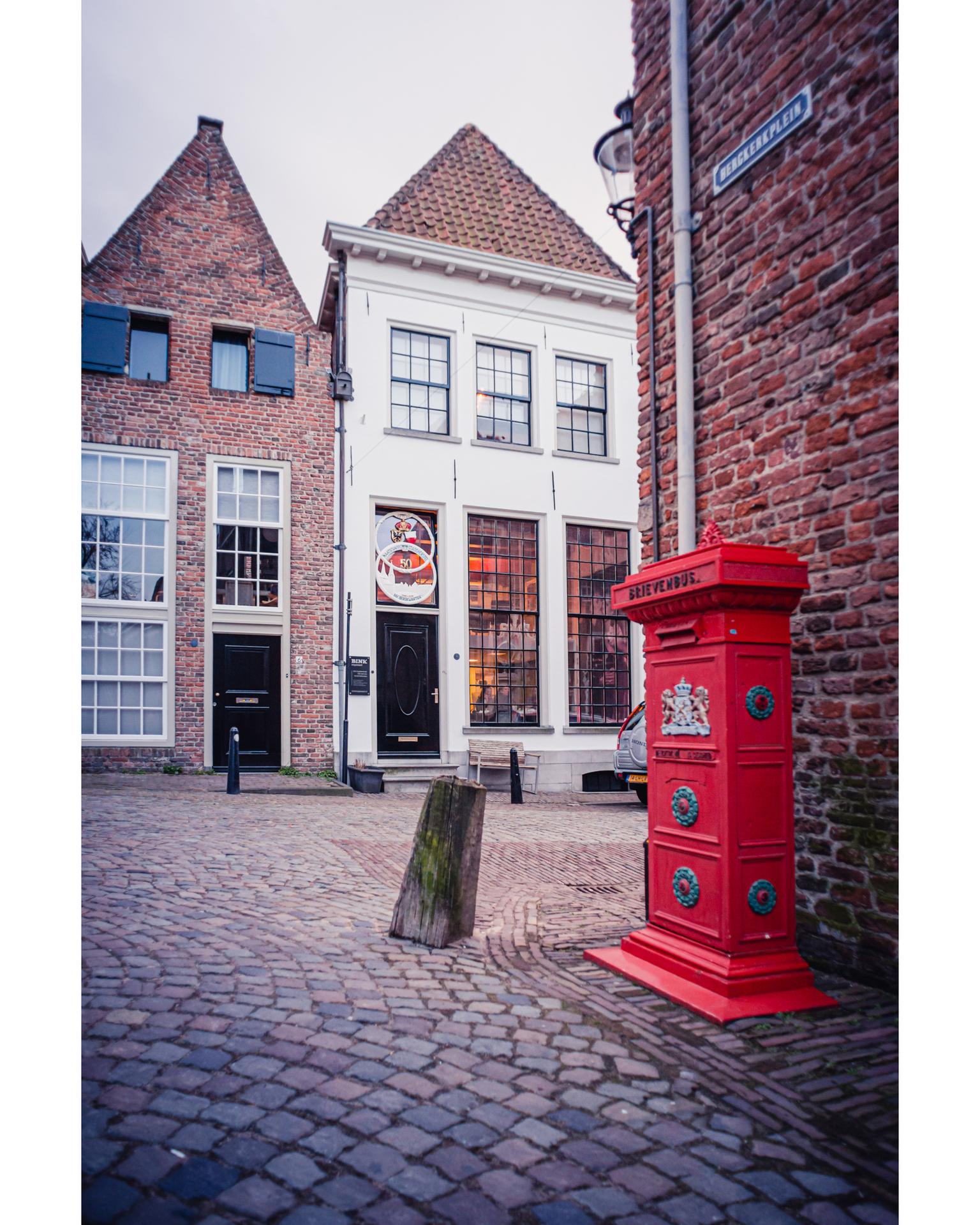 Deventer brievenbus - Bergkerkplein in Deventer. - foto door Lolke op 14-04-2021 - locatie: Deventer, Nederland - deze foto bevat: venster, gebouw, metselwerk, steen, weg oppervlak, armatuur, lucht, rechthoek, stad, hout