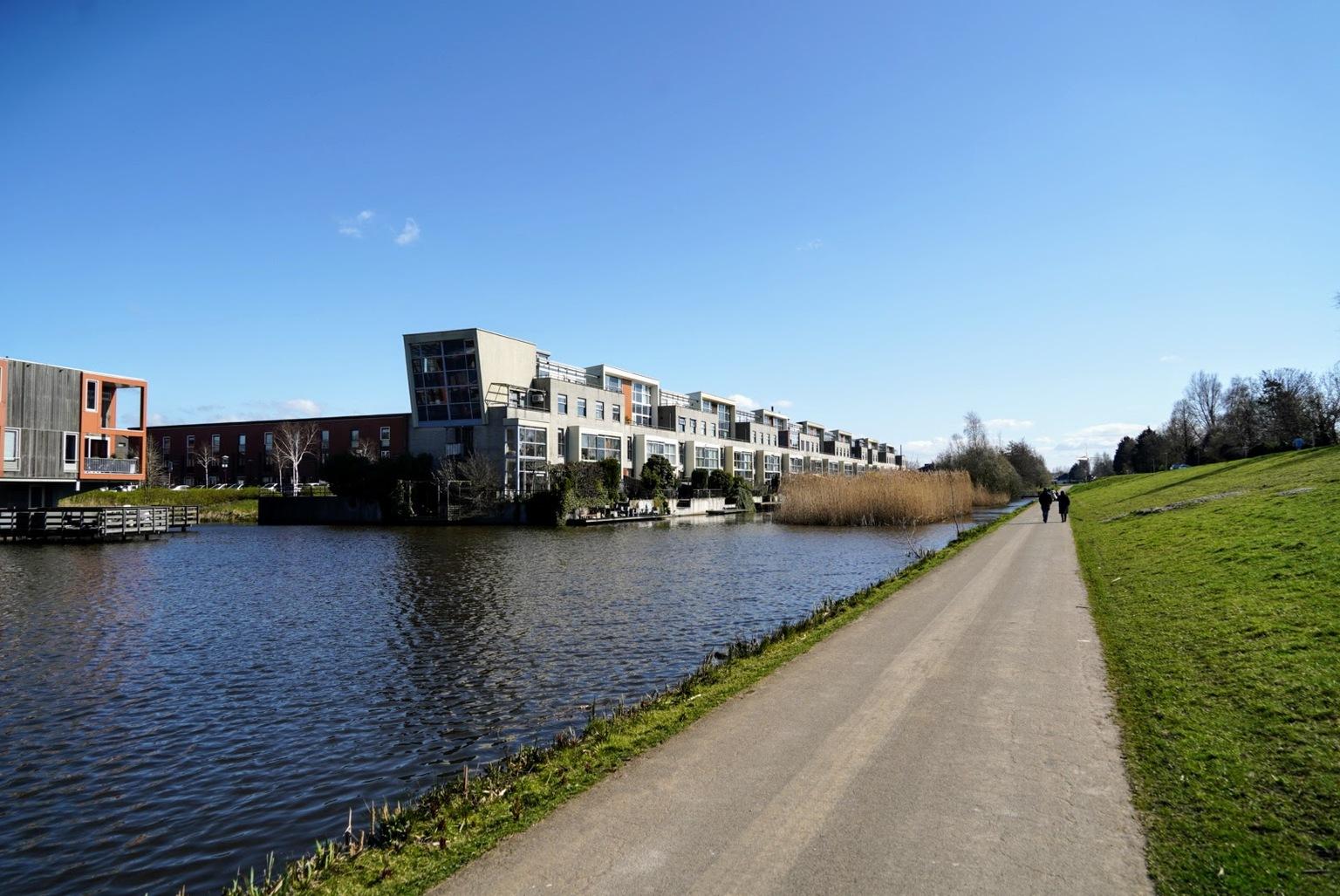 Lijnen  Sloten - Middelveldsche Akerpolder  - foto door Frenk2021 op 12-04-2021 - locatie: Amsterdam, Nederland - deze foto bevat: architectuur, water, lucht, fabriek, gebouw, boom, waterloop, bank, natuurlijk landschap, stedelijk ontwerp, meer