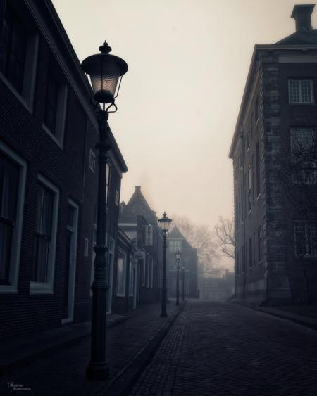 Enkhuizen - Enkhuizen op een mistige dag - foto door gabriel-batenburg1969 op 15-04-2021 - locatie: Enkhuizen, Nederland - deze foto bevat: #enkhuizen, #straatfotografie, gebouw, atmosfeer, lucht, wolk, venster, weg oppervlak, infrastructuur, straatlantaarn, atmosferisch fenomeen, grijs