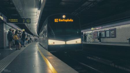Metro Wenen - Metro Wenen - foto door gabriel-batenburg1969 op 14-04-2021 - locatie: Wenen, Oostenrijk - deze foto bevat: transport hub, trein, rollend materieel, metrostation, track, openbaar vervoer, doorgaande weg, elektriciteit, spoorweg, weg