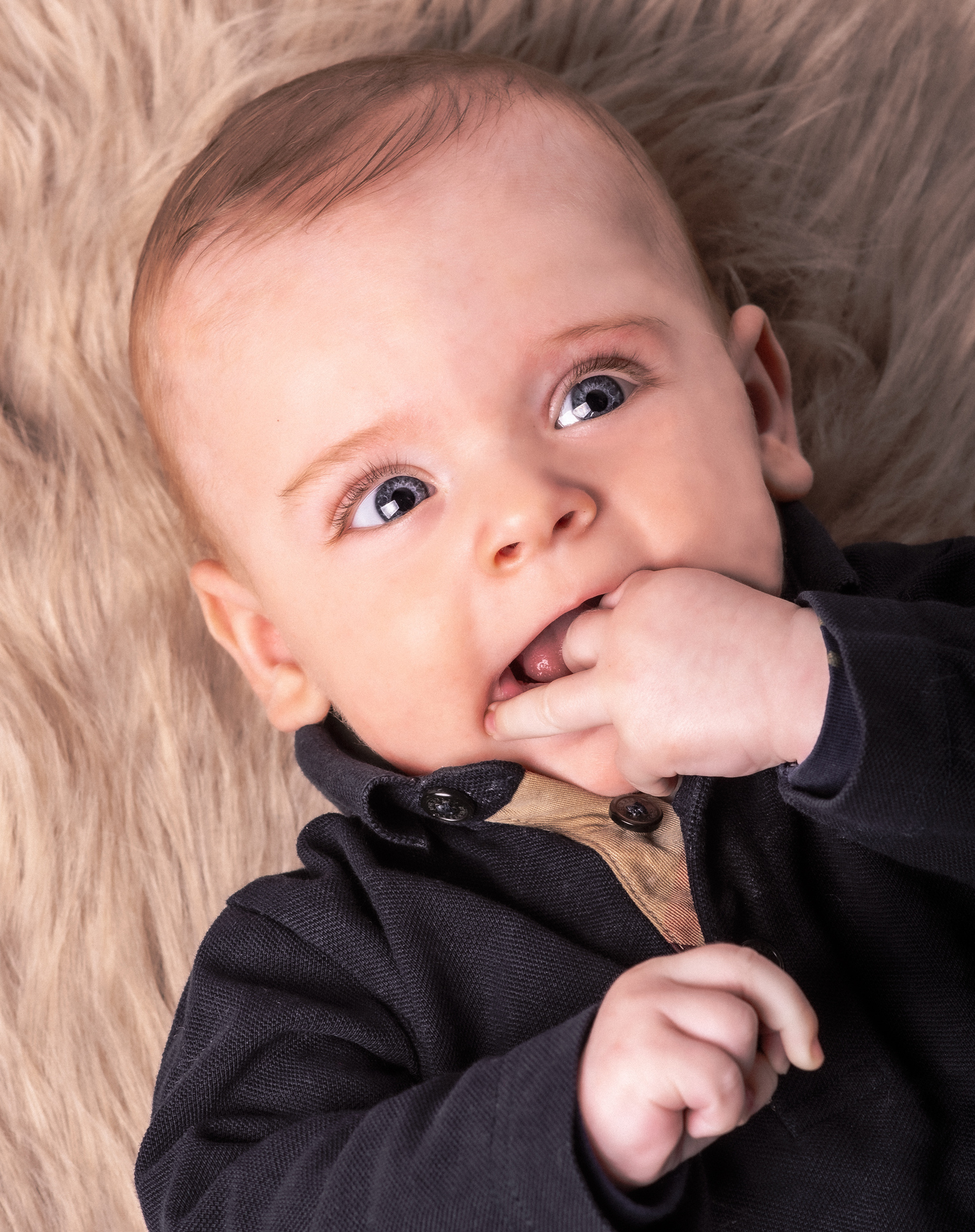 G I J S - Kleine lieverd - foto door SerenaZoom op 11-04-2021 - deze foto bevat: baby, portret, portretfotografie, babyfotoshoot, nikon, flits, flitser, lief, kleding, neus, wang, huid, lip, kin, hand, bovenkleding, kapsel, wenkbrauw